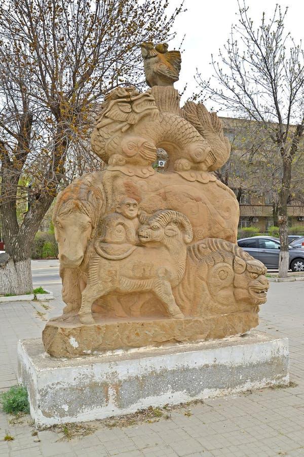 ELISTA, RUSSIE ` De calendrier lunaire du ` A de sculpture en rue La Kalmoukie images stock