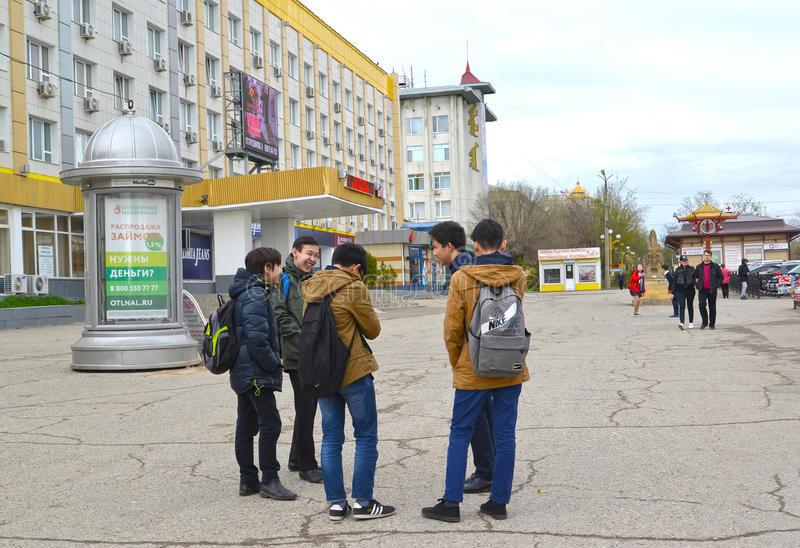 ELISTA, RUSSLAND Die Gruppe von Senioren steht nahe Elista-Hotel Kalmückien stockfotos