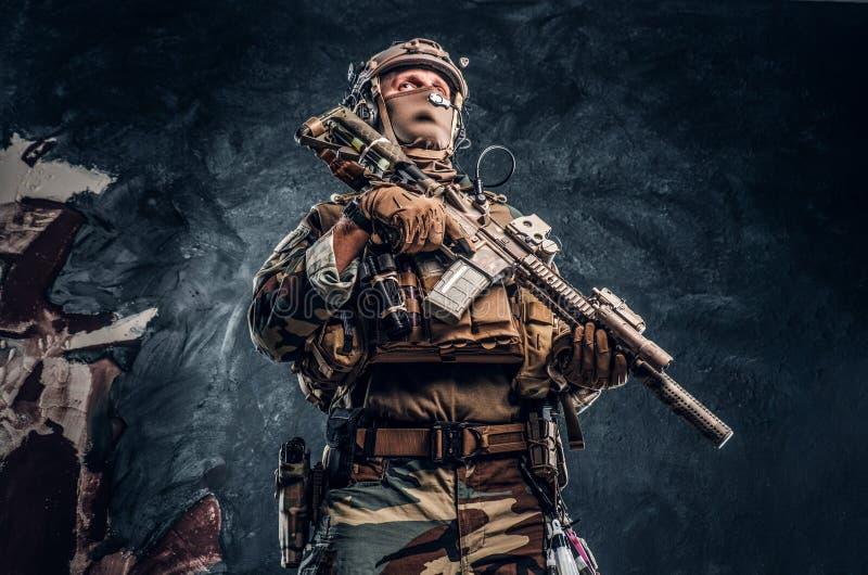 Elita jednostka, jednostka specjalna żołnierz w kamuflażu jednolity pozować z karabinem szturmowym obrazy royalty free