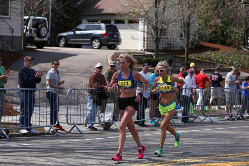 Elita kobiety ścigają się w górę zawodu miłosnego wzgórza podczas Boston Maratoński Kwiecień 18, 2016 w Boston obraz stock