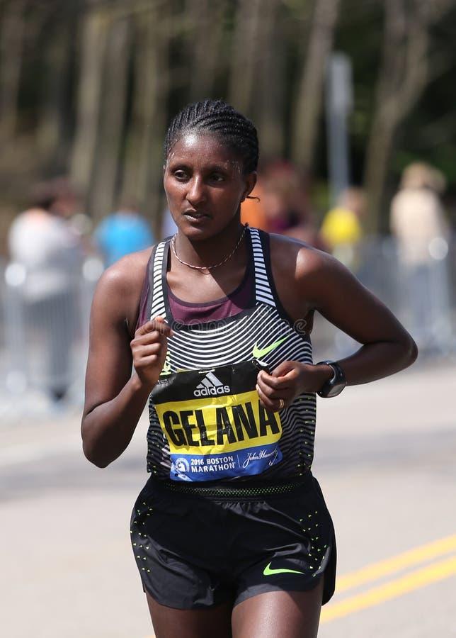 Elita kobiety ścigają się w górę zawodu miłosnego wzgórza podczas Boston Maratoński Kwiecień 18, 2016 w Boston obrazy royalty free