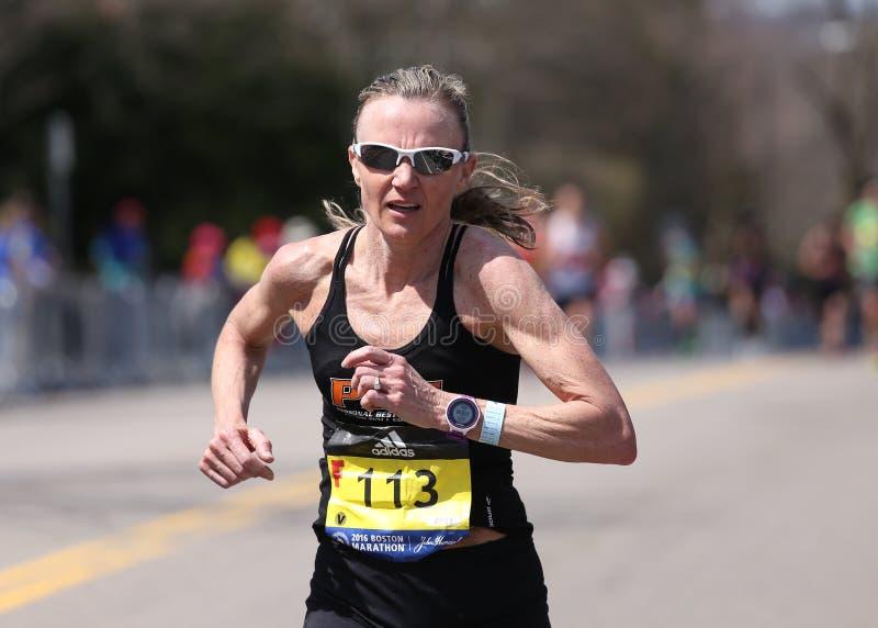 Elita kobiety ścigają się w górę zawodu miłosnego wzgórza podczas Boston Maratoński Kwiecień 18, 2016 w Boston obraz royalty free