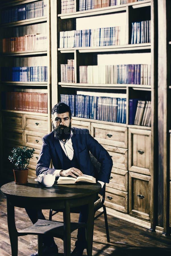Elita stylu życia pojęcie Arystokrata na uśmiechniętej twarz chwytów książce fotografia stock