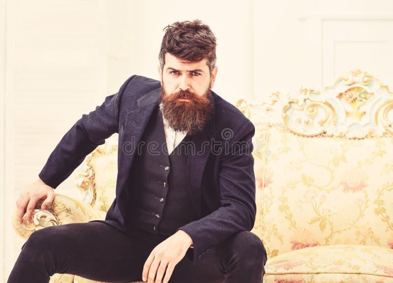 Elita stylu życia pojęcie Macho elegancki na, atrakcyjny i Mężczyzna z brodą i zdjęcie stock