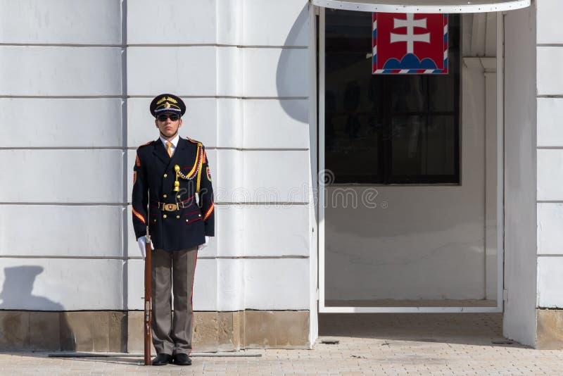 Elite Slowaakse militair in de voorzijde van Grassalkovich-Paleis stock fotografie