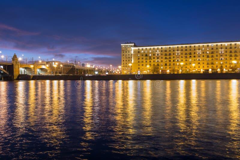 Elity budynek mieszkalny na bankach rzeka obok mostu zdjęcia royalty free