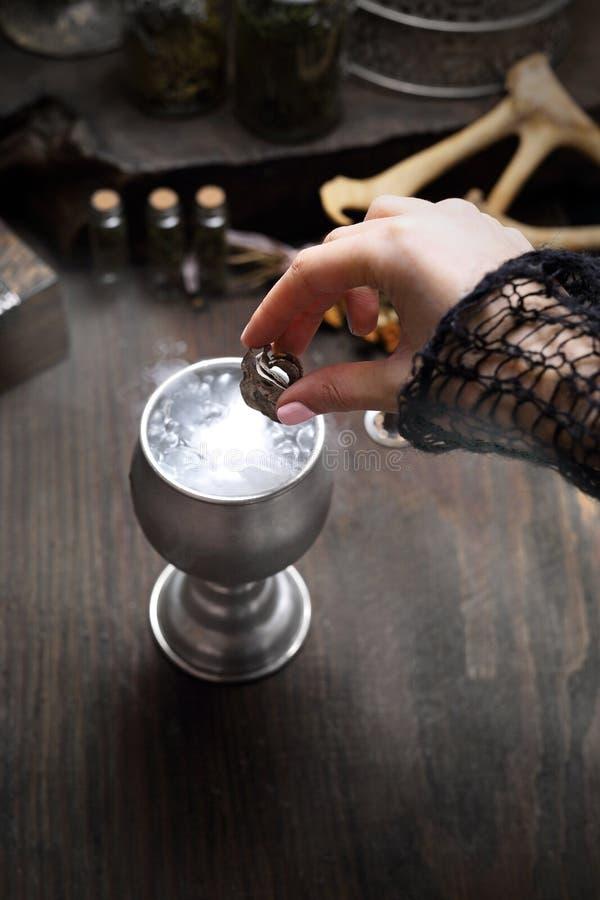 Elixir e mágica Períodos astrais da proteção e do amor imagens de stock royalty free