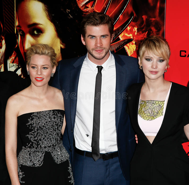 Elizabeth Banks Liam Hemsworth, Jennifer Lawrence royaltyfri bild