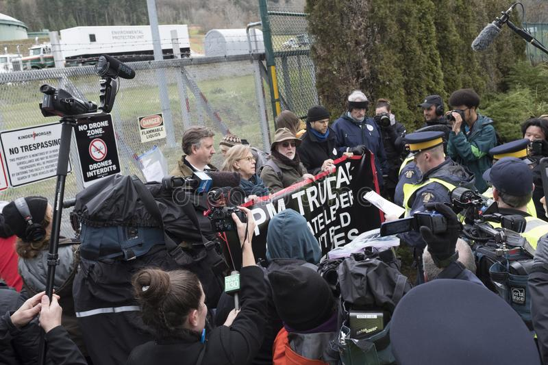 Elizabeth May a arrêté au site de protestation de Kinder Morgan dans Burnaby, AVANT JÉSUS CHRIST photographie stock libre de droits