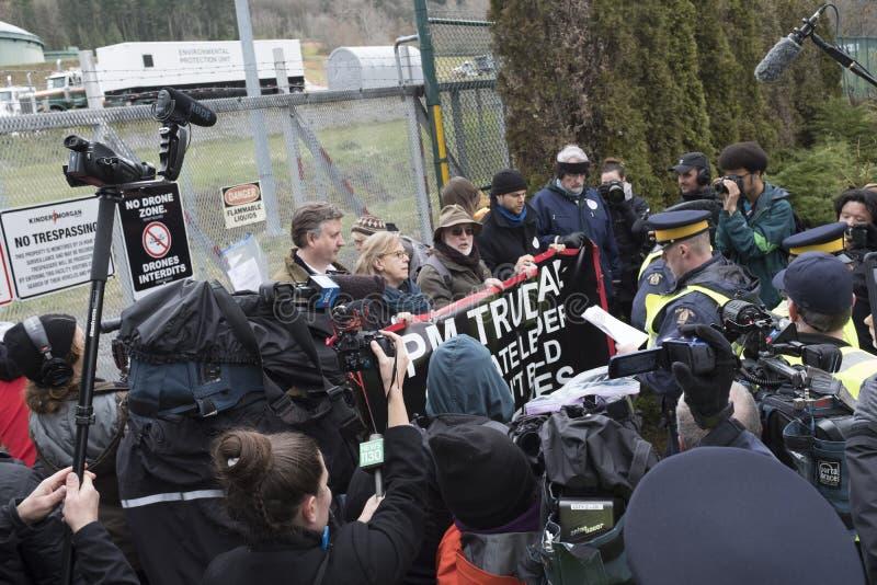 Elizabeth May ha arrestato al sito di protesta di Kinder Morgan in Burnaby, BC fotografia stock libera da diritti