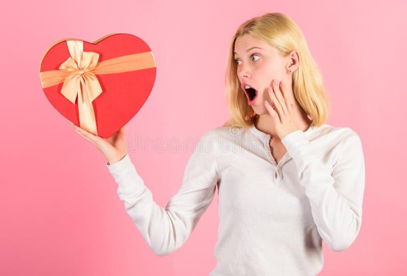 Elk meisje zou op valentijnskaartendag houden van Romantische verrassingsgift voor haar Elke de daggiften van hart smeltende vale stock foto's