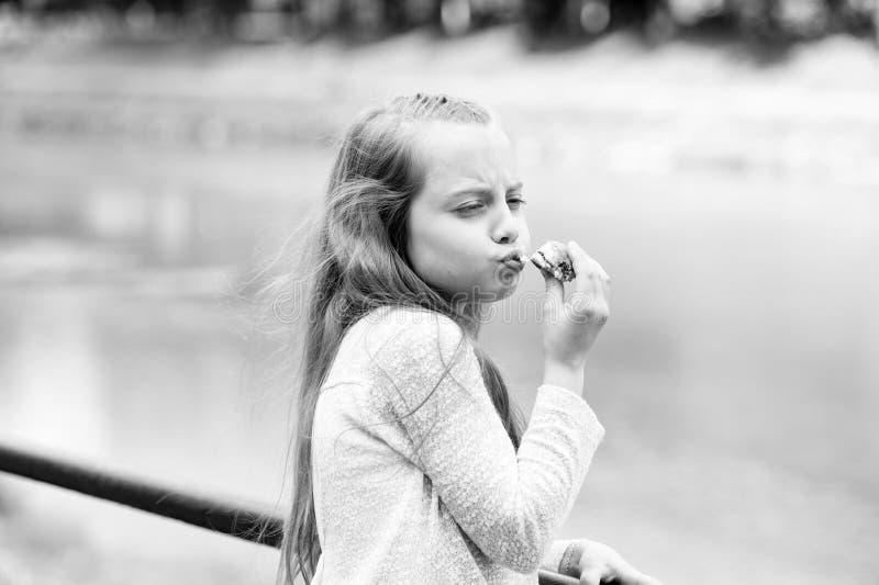Elke hap is leuk Kid girl eet koekjes Gezondheid en diëten Calorie bij het tellen van een dieet Breek haar dieet voor royalty-vrije stock foto