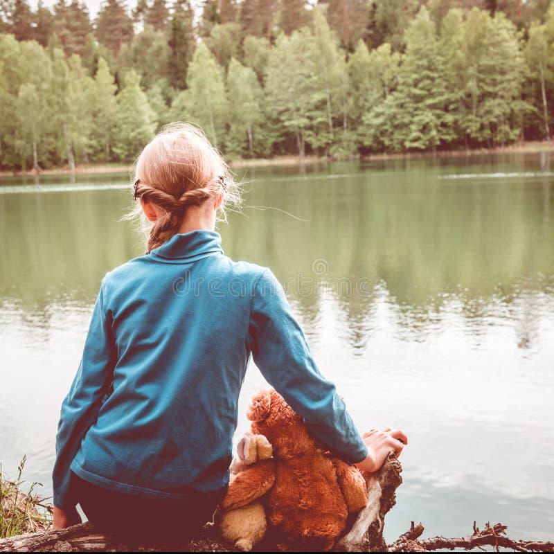 Elke Kindliefde Teddy Bear als hun Beste Vrienden die en samenhouden om naar Picknick koesteren te gaan Beste vriendenconcept stock foto