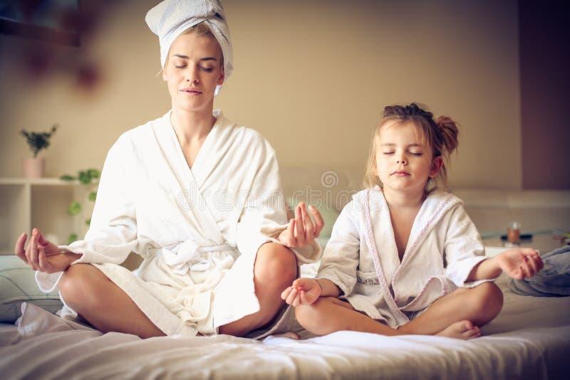 Elke ochtendmama en me oefenen yoga uit Weinig ballerina royalty-vrije stock fotografie