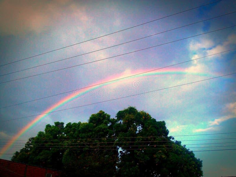 elkraft för regnbågestadsledningsnät royaltyfria foton