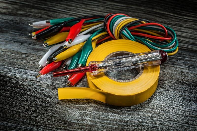 Elkraften binder elektrikerbandet på tappningträbräde arkivbilder
