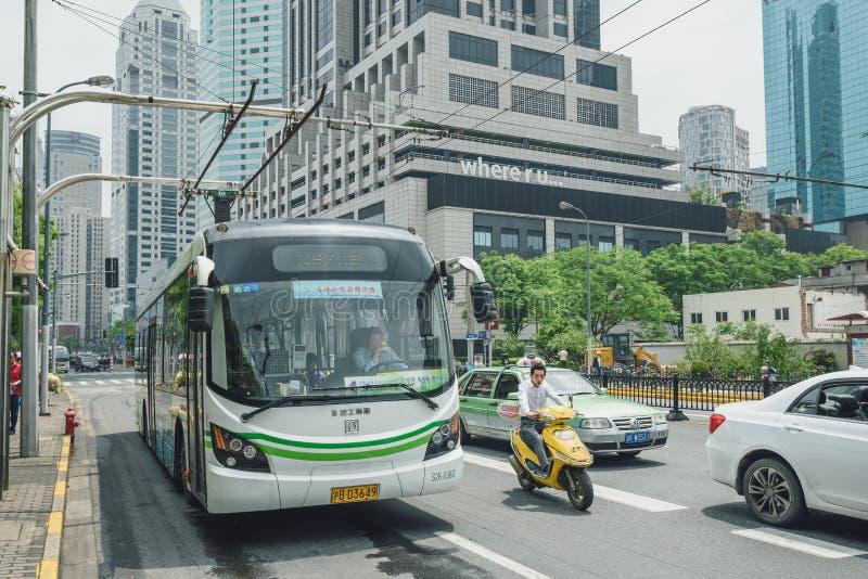 Elkraften drev den hybrid- bussen i Shanghai, Kina royaltyfria bilder