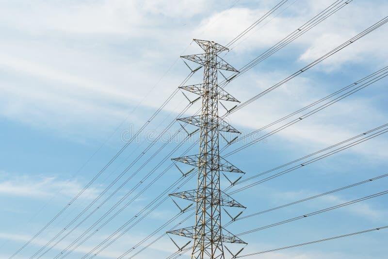 elkraften lines strömöverföringen arkivbild