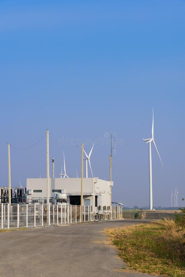 Elkraftstation med generatorn för makt för vindturbiner arkivbild
