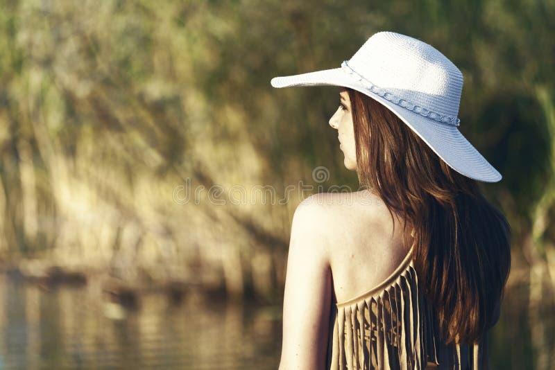 Ella ama pasar tiempo en el lago mientras que disfruta de la naturaleza y sea foto de archivo libre de regalías