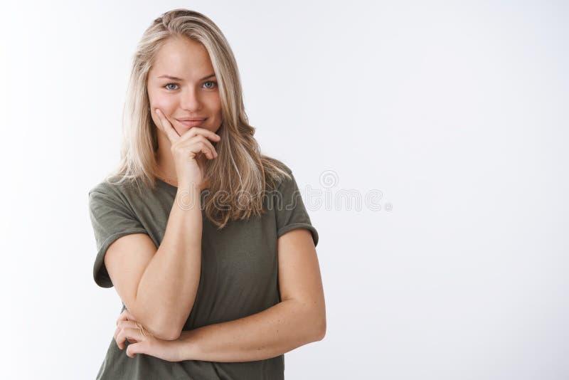 Ella conoce dominante al éxito Retrato de la deportista femenina creativa muy confiada que hace smirking del plan encantado y fotos de archivo