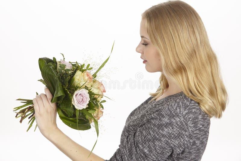 Ella consigue un ramo de cumpleaños del fpr de las flores (rosas) fotos de archivo