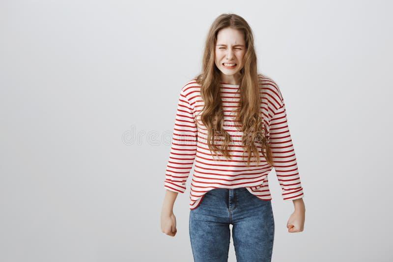 Ella crecerá y vengará todos los matones y chicos malos Retrato del adolescente europeo débil enojado que aprieta los dientes par imagenes de archivo