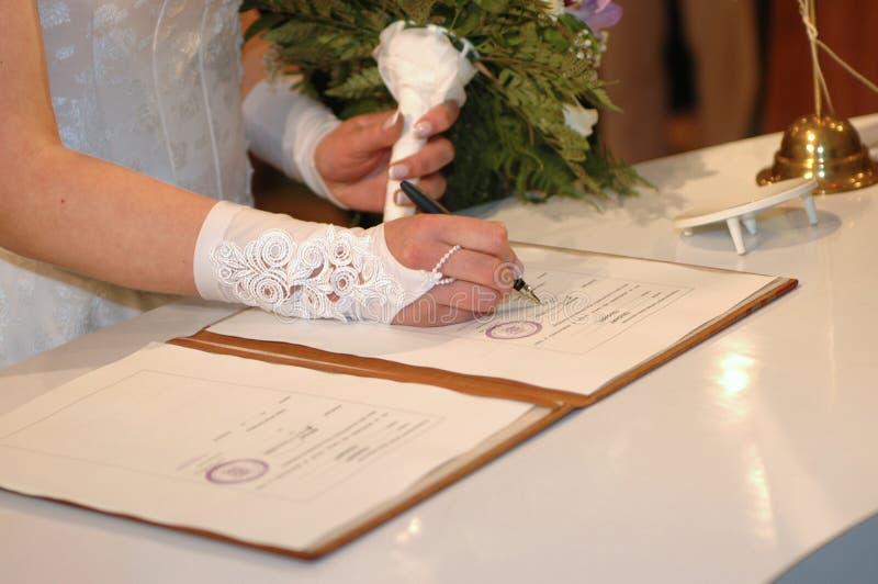 Ella que la firma (ceremonia de boda) fotos de archivo