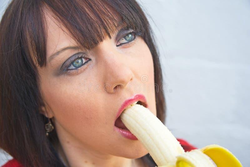 Ella quiere un plátano. foto de archivo