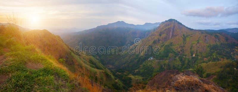 Ella Rock i Sri Lanka i solnedgångtid royaltyfri bild