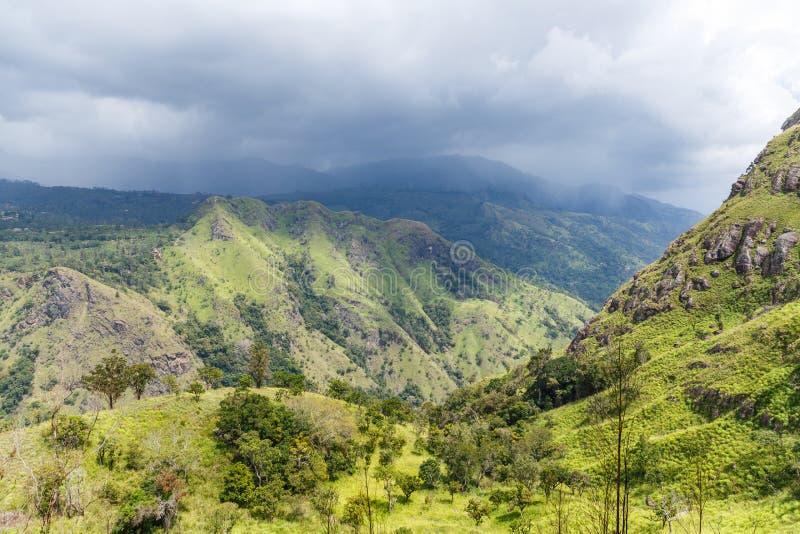 ELLA, SRI LANKA - 17 DE JANEIRO DE 2017: vista cênico bonita das montanhas cobertas com as plantas verdes e o céu nebuloso em Ási foto de stock