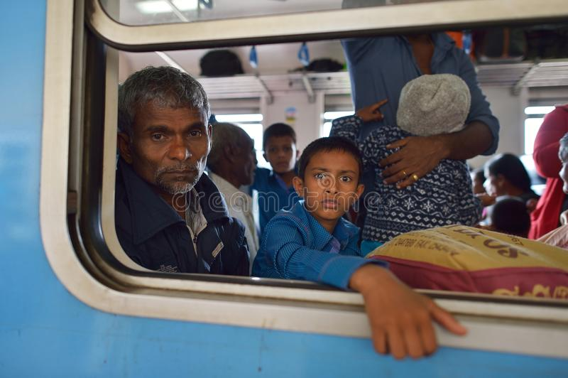 Ella, Sri Lanka, le 13 novembre 2015 : Famille sri-lankaise observant par la fenêtre de train image stock