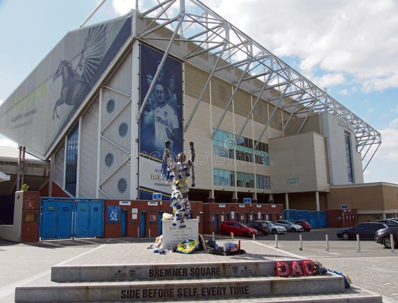 elland die verenigde het stadion van de wegvoetbal het huis van Leeds witth bremner vierkant met teamsjaals en overhemden wordt v royalty-vrije stock afbeelding