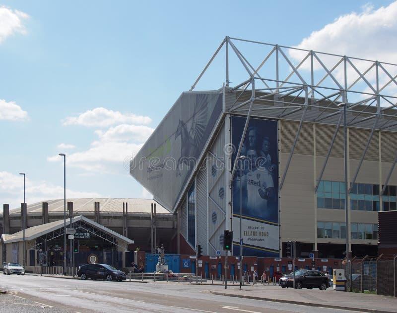 elland die verenigde het stadion van de wegvoetbal het huis van Leeds witth bremner vierkant met teamsjaals en overhemden wordt v royalty-vrije stock foto