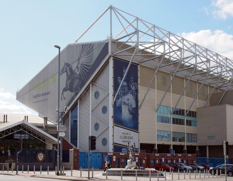 elland verenigde het stadion van de wegvoetbal het huis van Leeds witth bremner vierkant dat met teamsjaals en overhemden wordt v stock afbeeldingen