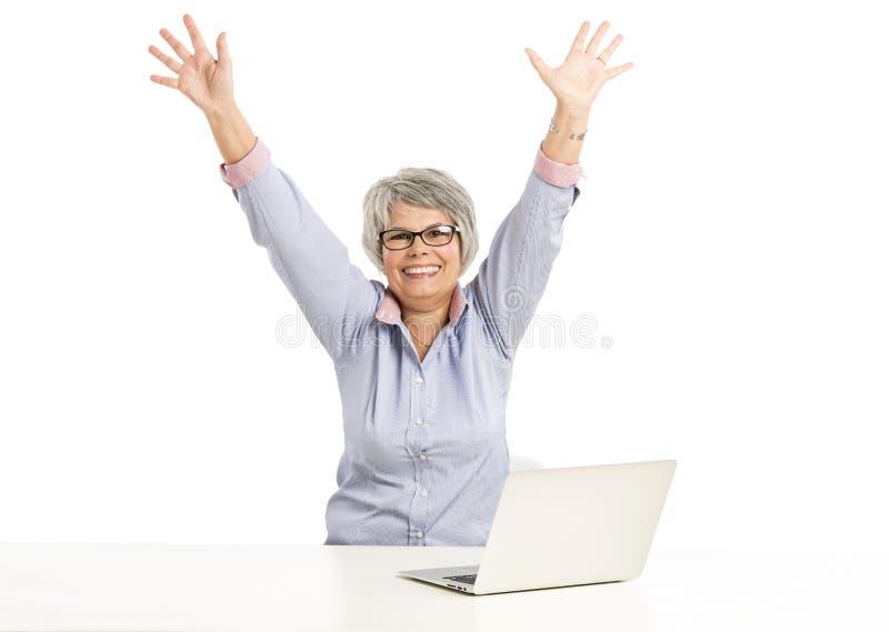 Ellderly-Frau, die mit einem Laptop arbeitet stockbilder