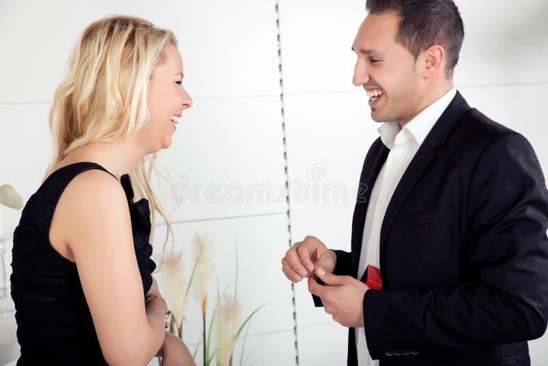 Elle accepte son offre de mariage image libre de droits