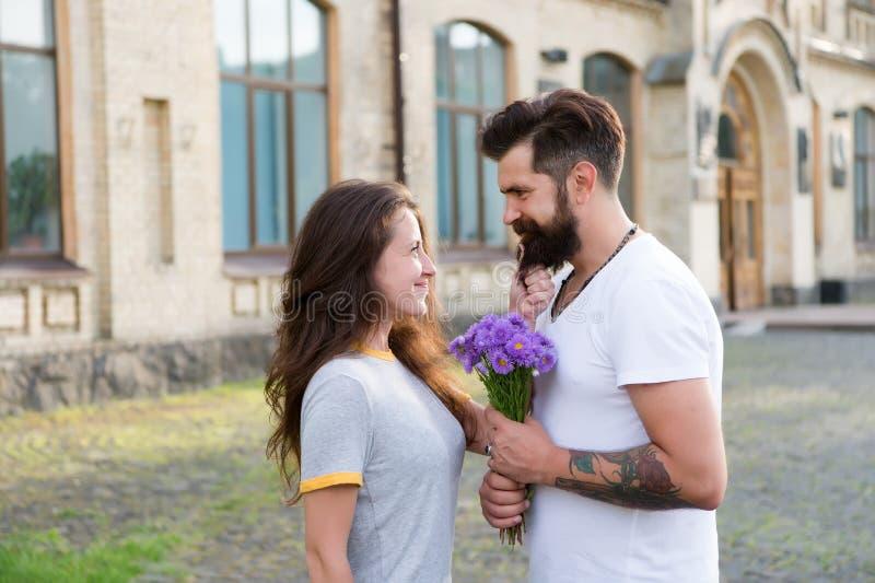 Elle a conquis son coeur Les couples dans l'amour heureux c?l?brent l'anniversaire Couples dans l'amour Jour de valentines heureu image stock