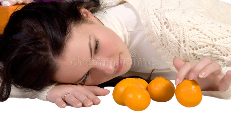 Elle considère les mandarines oranges photographie stock