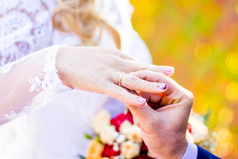 Elle a dit oui histoire de mariage photographie stock libre de droits