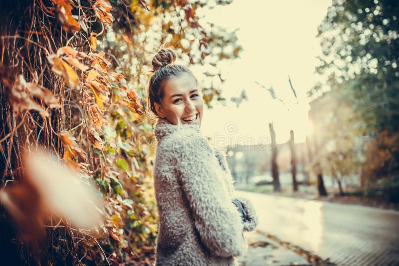Elle est une heureuse, un sourire et une jeune femme positive image stock