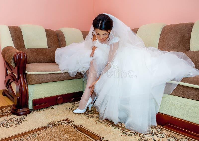 Elle est une jeune mariée aujourd'hui, jeune mariée magnifique de brune images stock