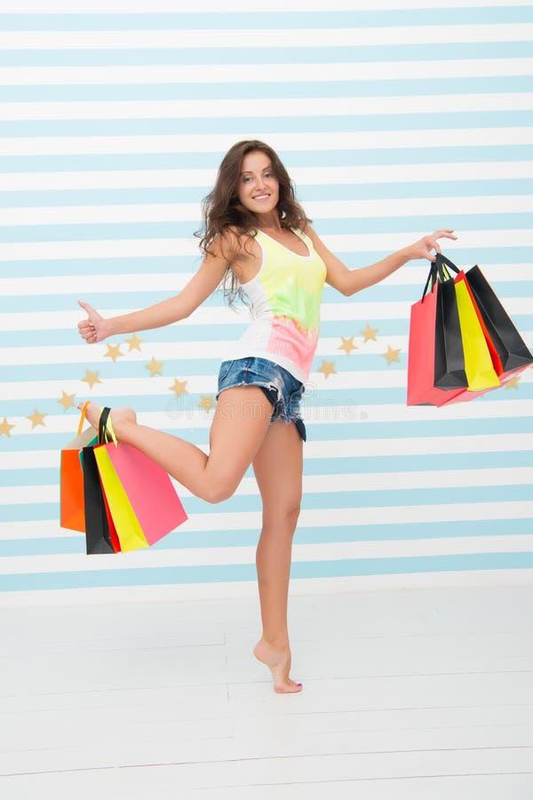 Elle a fait un bon choix fille d'achats avec le visage et le pouce heureux  vente grande Heure pour l'achat fille heureuse avec image stock