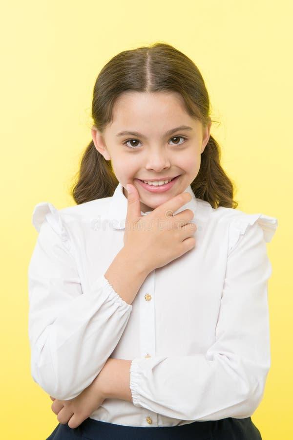 Elle prévoit un polisson Fond adroit de sourire de jaune de visage d'uniforme scolaire de fille Fille heureuse de nouveau à l'éco image libre de droits