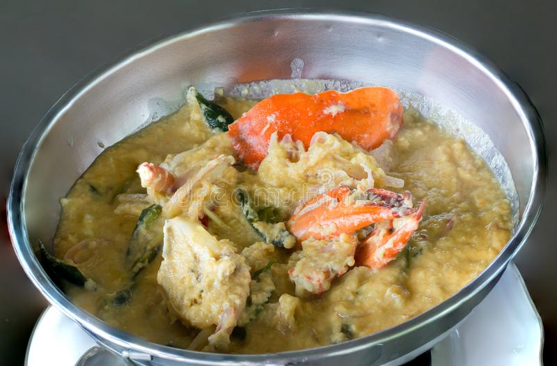 Eller puttra, i att laga mat krabban, krabbastewCrabragu Kokade den mjuka krabban för sakta kokning i kokosnöt mjölkar med nya gr arkivfoto