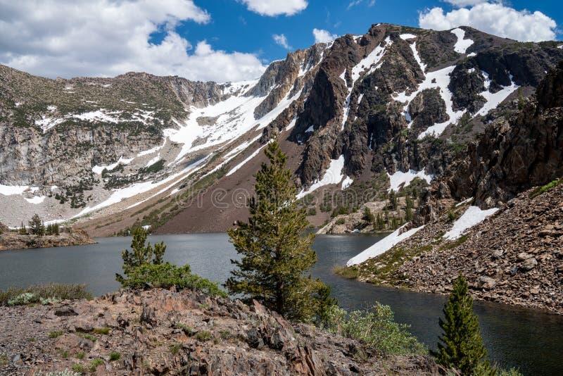 Ellery Lake ao longo da rota 120 do estado da estrada da passagem de Tioga na serra oriental Nevada Mountains de Califórnia no ve imagens de stock royalty free