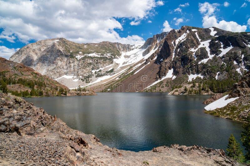 Ellery Lake ao longo da rota 120 do estado da estrada da passagem de Tioga na serra oriental Nevada Mountains de Califórnia no ve fotos de stock