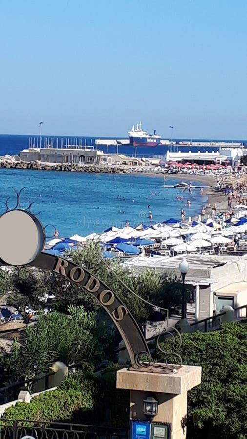 Ellie który jest pobliskim plażą Rhodes miasteczko i jest popularny z podobnie miejscowymi i turystami Wyrzucać na brzeg obrazy royalty free