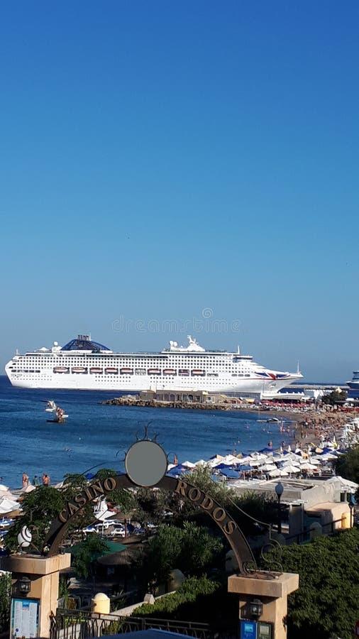 Ellie który jest pobliskim plażą Rhodes miasteczko i jest popularny z podobnie miejscowymi i turystami Wyrzucać na brzeg zdjęcia royalty free