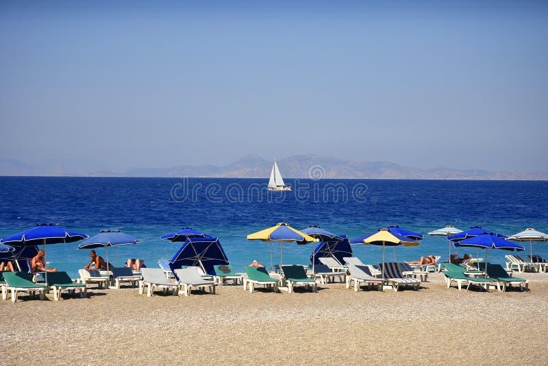 Ellie który jest pobliskim plażą Rhodes miasteczko i jest popularny z podobnie miejscowymi i turystami Wyrzucać na brzeg zdjęcie royalty free